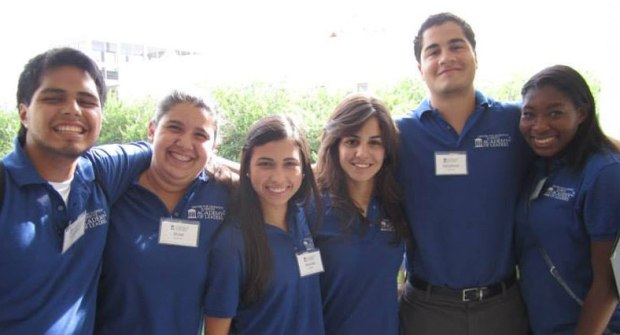 Karina Andrea Quintana (4th from the left) with Florida University students.